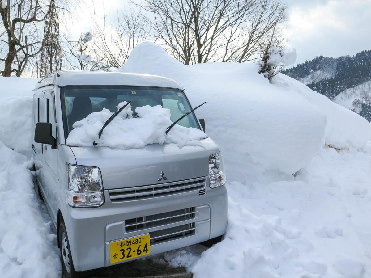 雪の中の軽トラ