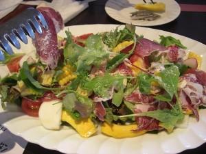 彩り野菜と自家製生ハムのサラダ